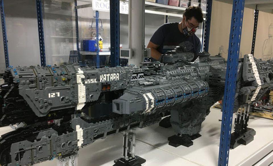 Fanoušek postavil obří Halo loď z Lega