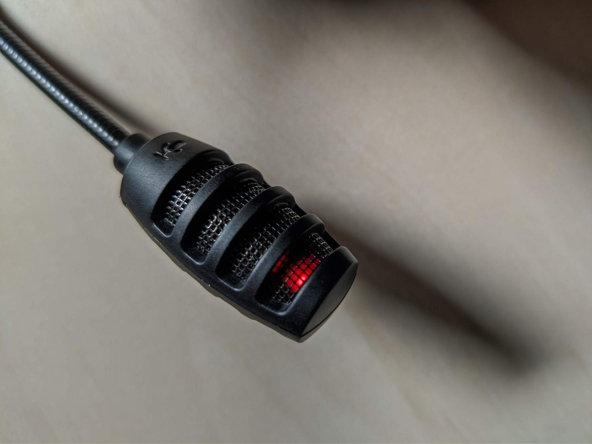 V mikrofonu je skrytá malá červená dioda. Indikuje jeho vypnutý i zapnutý stav, v denním světle však není ideálně viditelná