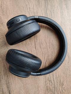 Na headsetu vás na první pohled jistě upoutají pečlivě polstrované náušníky