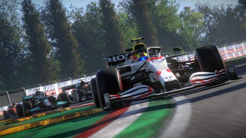 Aktualizace F1 2021 přináší Imolu a nový potisk pro monoposty Redbullu
