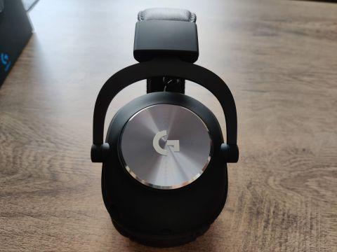 Logo výrobce nepůsobí jako přidělané na sílu, do designové koncepce sluchátek zapadá