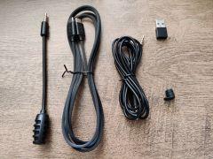 USB přechodka a gumová krytka na 3,5 mm slot v balení jsou příjemnými detaily