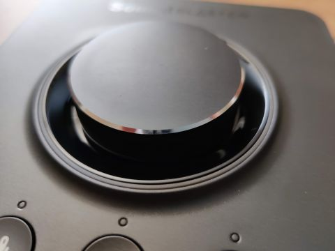 Otočné tlačítko je možné i stisknout, čímž docílíte kompletního ztišení