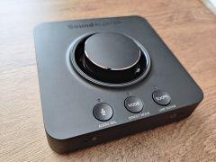Na Sound Blasteru X3 vás na první pohled spolehlivě nejvíce upoutá obří otočný volič hlasitosti
