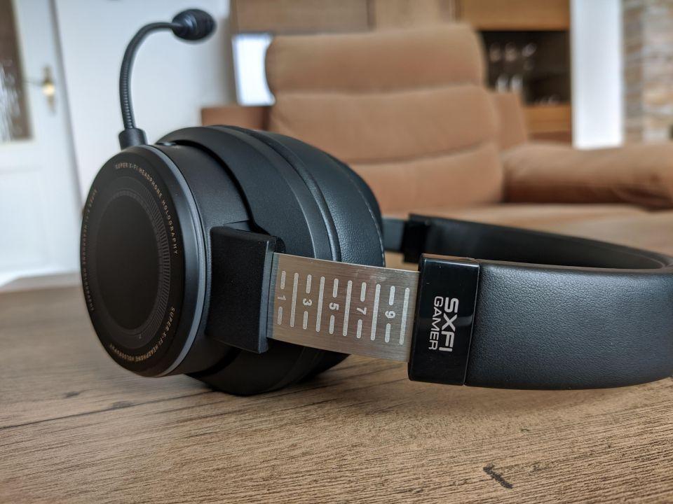 Délka hlavového mostu je nastavitelná ve velkém rozsahu, díky čemuž se headset přizpůsobí hlavám všem tvarů a velikostí. Kéž by jen dostal lepší polstrování z vnitřní strany...