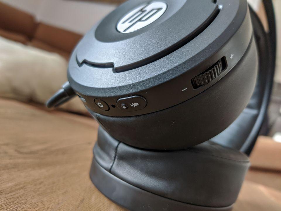 Tlačítka jsou ergonomicky dobře vyřešená, potěší velké tlačítko vypnutí mikrofonu a kolečko na nastavení hlasitosti