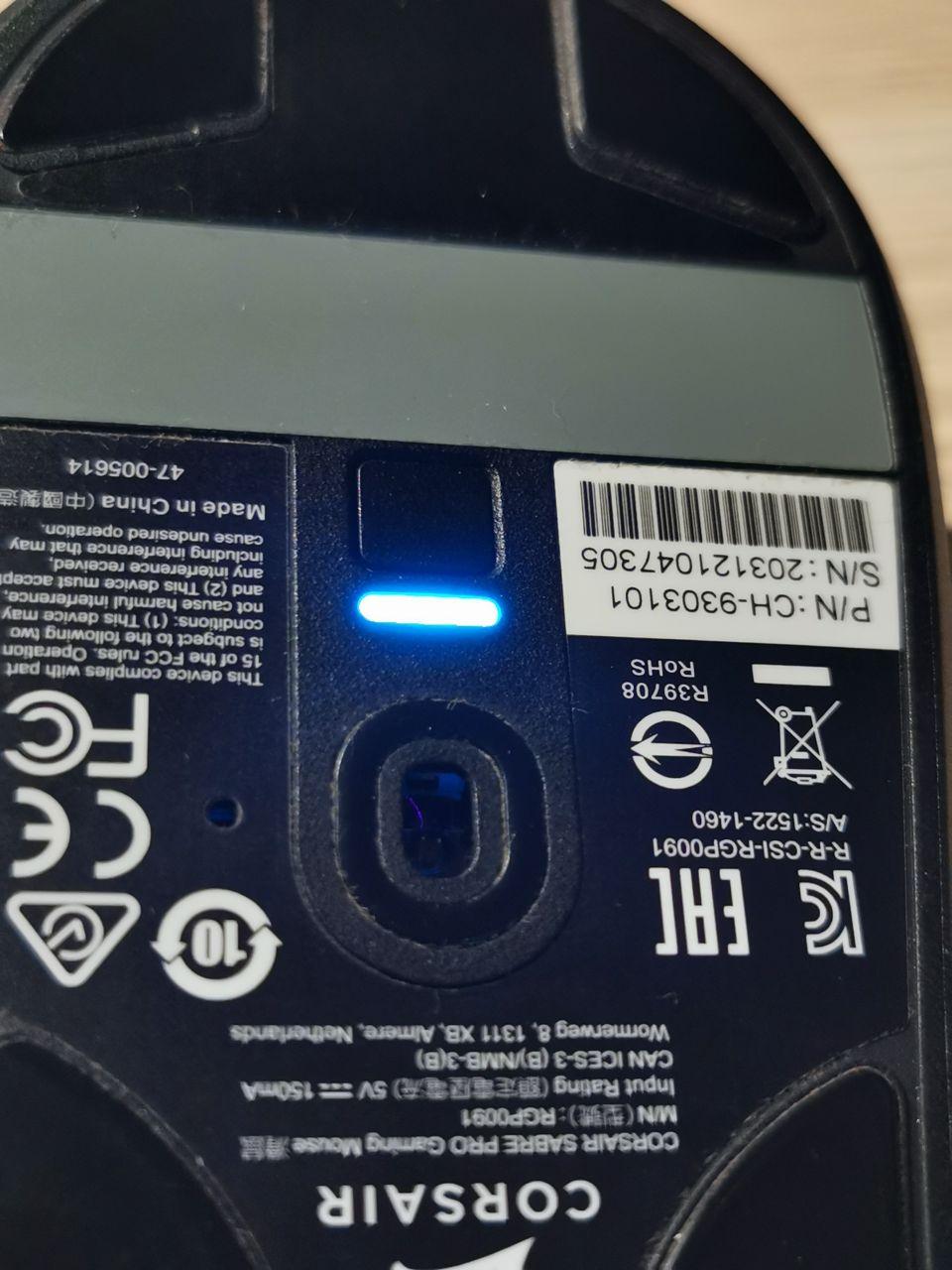 LED dioda na spodu myši