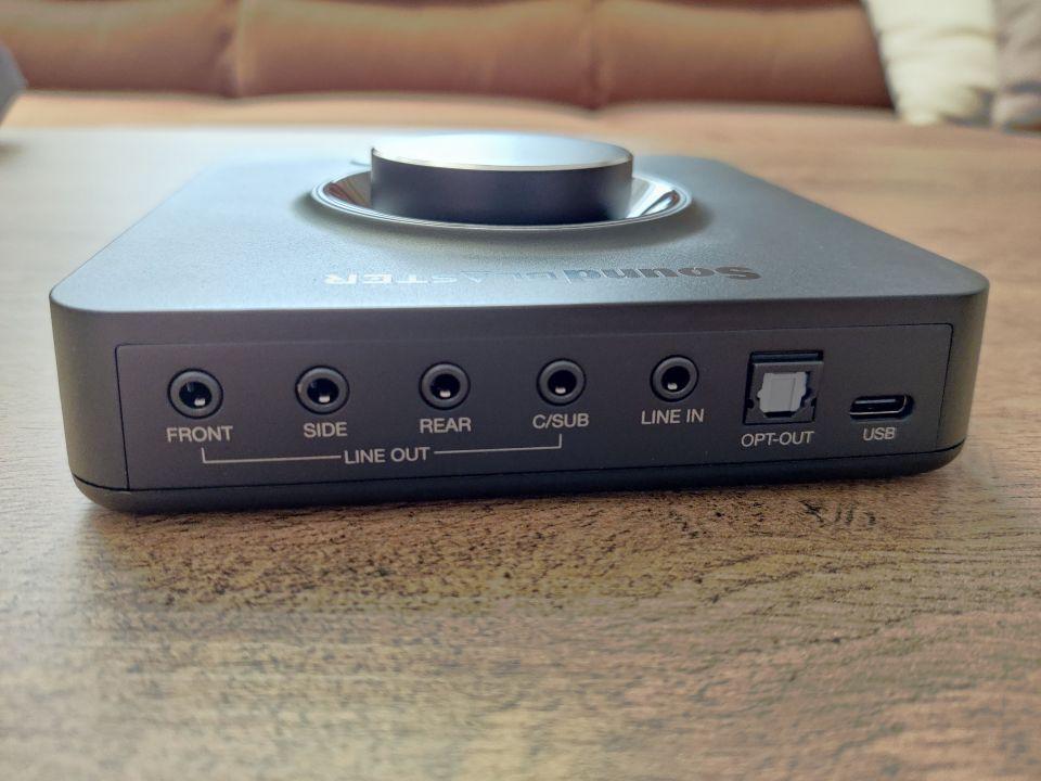 Ze základní konektorové výbavy vzadu nechybí prakticky nic, aneb výhoda rozměrnějšího těla zvukové karty...