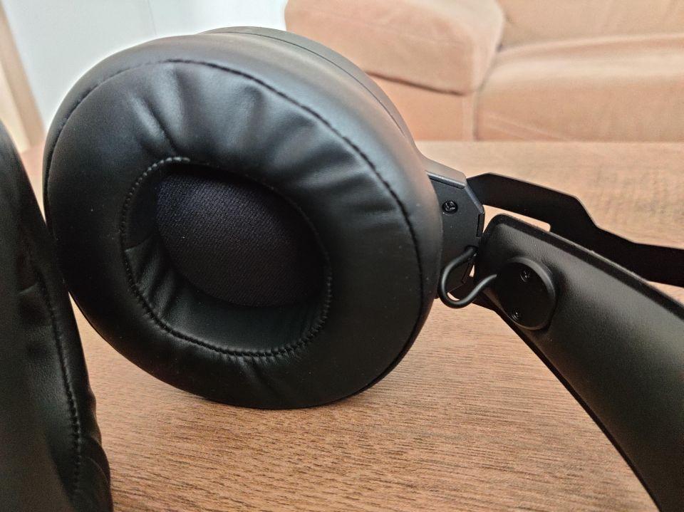 Náušníky jsou komfortní a dobře izolují jak posluchače, tak okolí