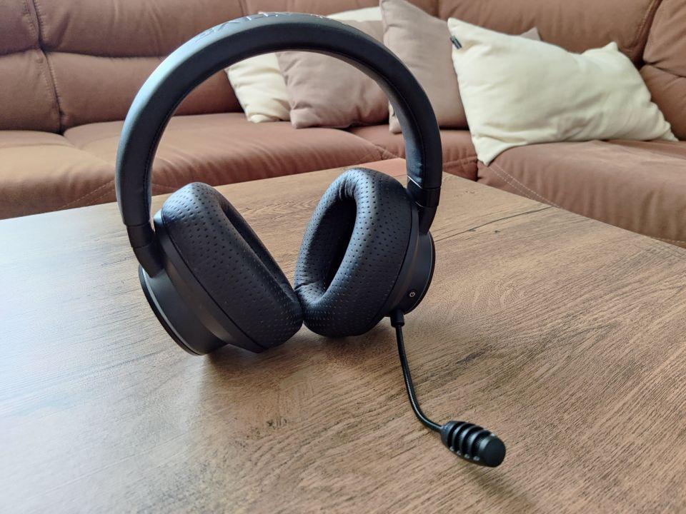 Nač znovu vynalézat kolo? Design sluchátek stále působí svěže a použité plasty patří k těm kvalitnějším. Škoda jen proklatě tenké vrstvy hlavového mostu - vaše temeno vám po několika hodinách na hlavě nepoděkuje...