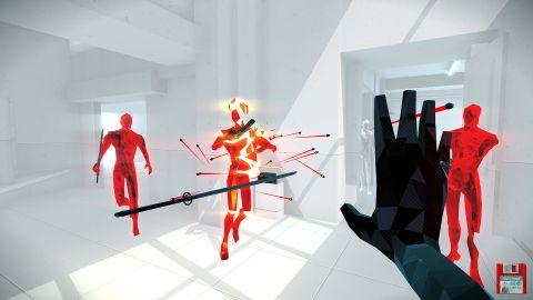 Superhot VR bojuje s návalem review-bombingu. Hráči kritizují odstranění sebevražedných scén