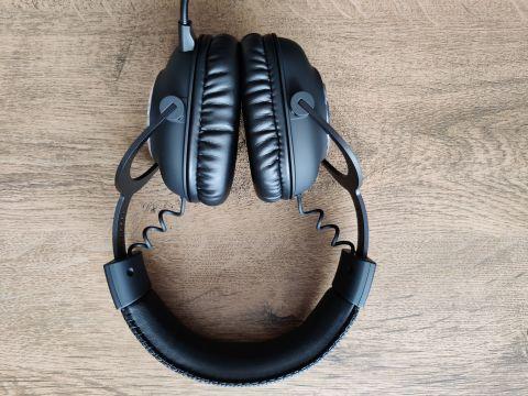 Velikost sluchátek se dá nastavit opravdu štědře...