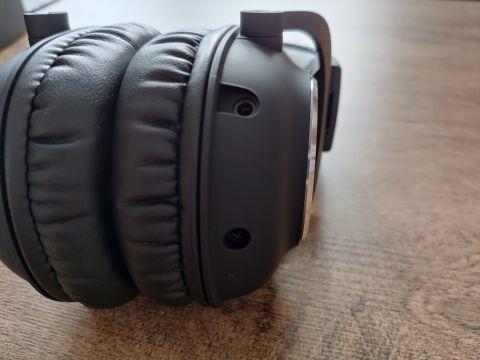 Levý náušník obsahuje 3,5 mm zdířky pro připojovací kabel a mikrofon, jinak jsou náušníky neposkvrněné