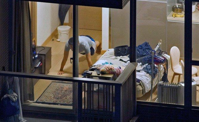 Fotógrafo voyeur retrata o interior dos apartamentos vizinhos e seus personagens