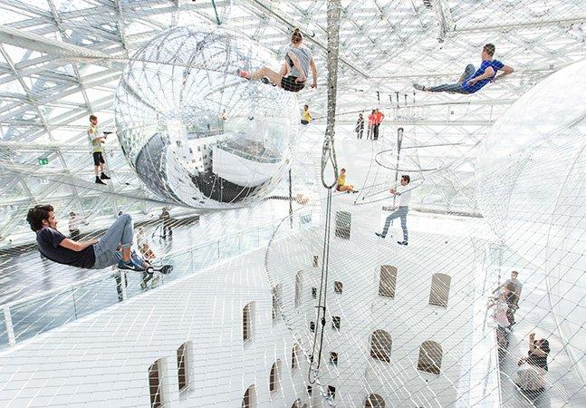 Intervenção artística inspirada em teias de aranha leva visitantes pras alturas