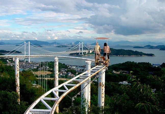 Parque japonês oferece passeio de bike em montanha-russa