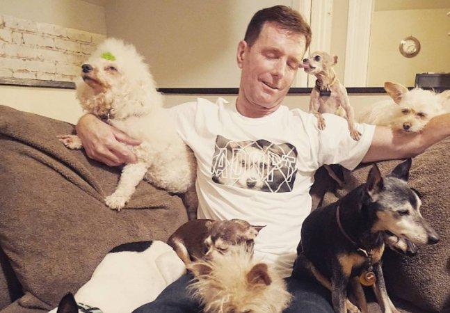 Ele dedica sua vida a adotar  animais 'inadotáveis'   por serem idosos e doentes