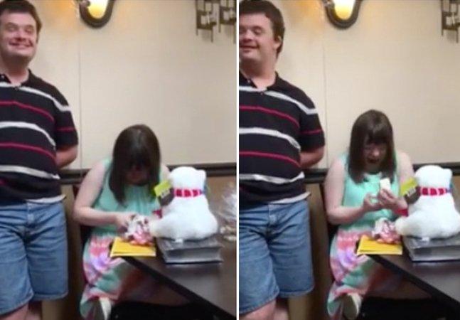 Vídeo mostra a reação de mulher com Down ao ser pedida em casamento e torna-se viral