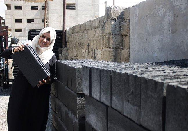 Dupla de engenheiras transforma escombros de guerra em tijolos para reconstruir casas em Gaza