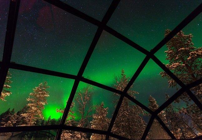 Os incríveis iglus com teto de vidro que permitem observar a aurora boreal