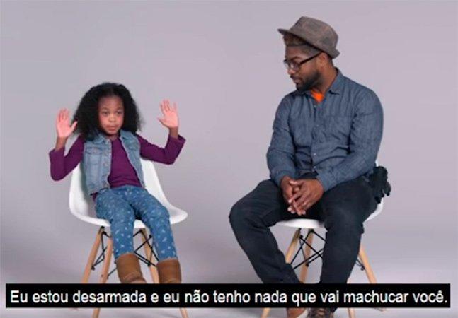 Pais negros ensinam seus filhos a lidar com a polícia em vídeo poderoso que alerta pra força do racismo institucional