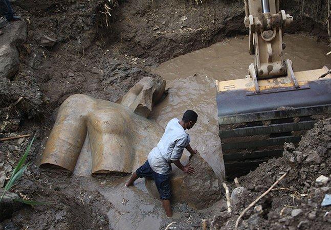 Estátua de Ramsés II encontrada no Cairo é uma das descobertas arqueológicas mais importantes da história