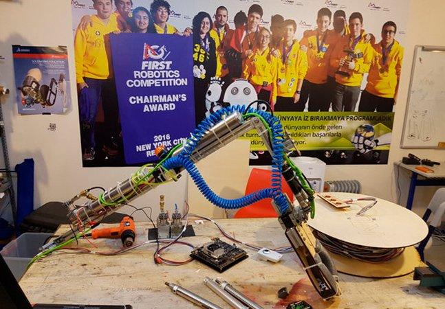 Jovens estudantes constroem braço robótico para resgatar filhote preso em poço