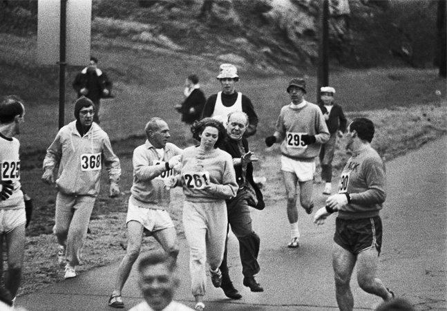 Primeira mulher a completar oficialmente (e sob agressões) a Maratona de Boston corre novamente, 50 anos depois