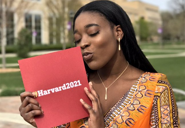 Ninguém a convidou pra formatura, então ela decidiu levar sua carta de aceitação em Harvard como parceiro