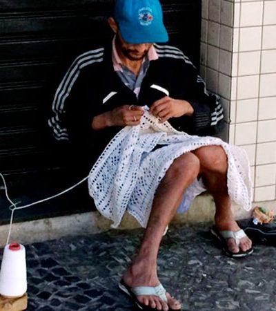 Morador em situação de rua cria suas próprias agulhas e ganha a vida fazendo crochê em BH