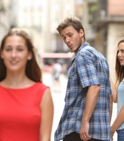 Descobriram a história por trás do meme da namorada indignada