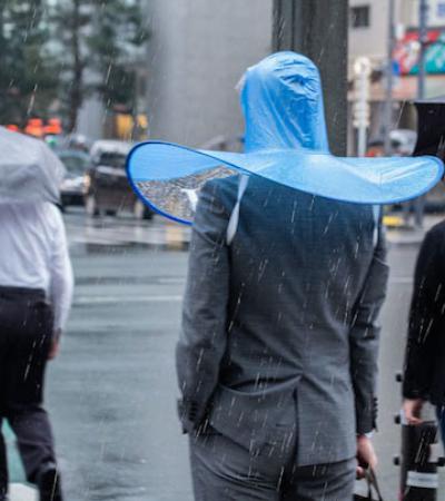 O guarda-chuva que te deixa com as mãos livres e mais parece uma camisinha gigante