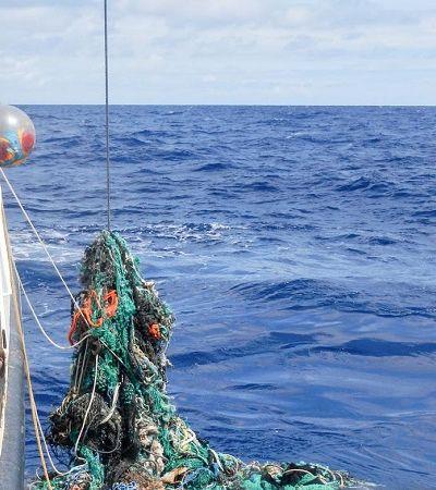 Dispositivo de limpeza oceânica do inventor de 24 anos tem que voltar para terra antes do esperado