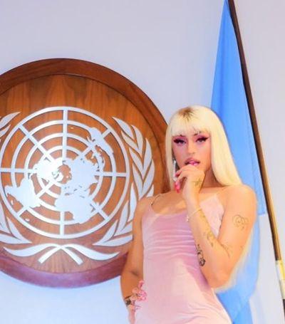Pabllo Vittar faz show para rainha Elizabeth e diz: 'Vai ter viado na ONU, sim'