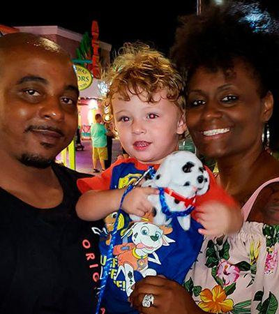 'Vocês roubaram este bebê': família sofre preconceito diário por ter adotado bebê branco