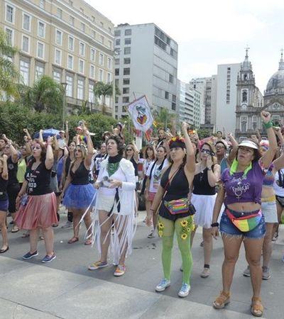 Bloco feminista do RJ ensaia performance chilena 'Um estuprador no teu caminho'
