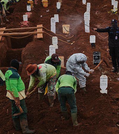 Na Indonésia, punição por não usar máscara é cavar túmulos para vítimas de Covid-19