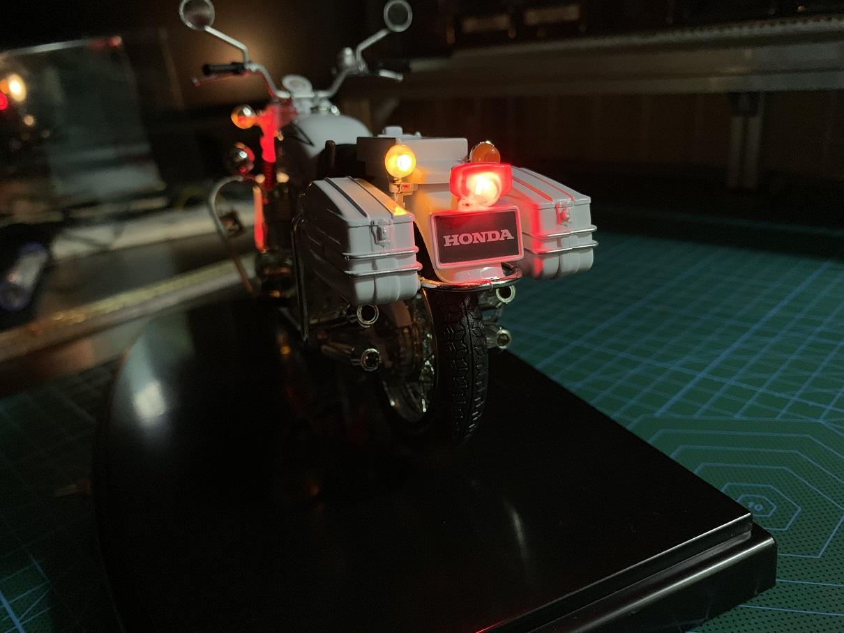 白バイ模型にLEDを仕込んでライト点灯化(2)
