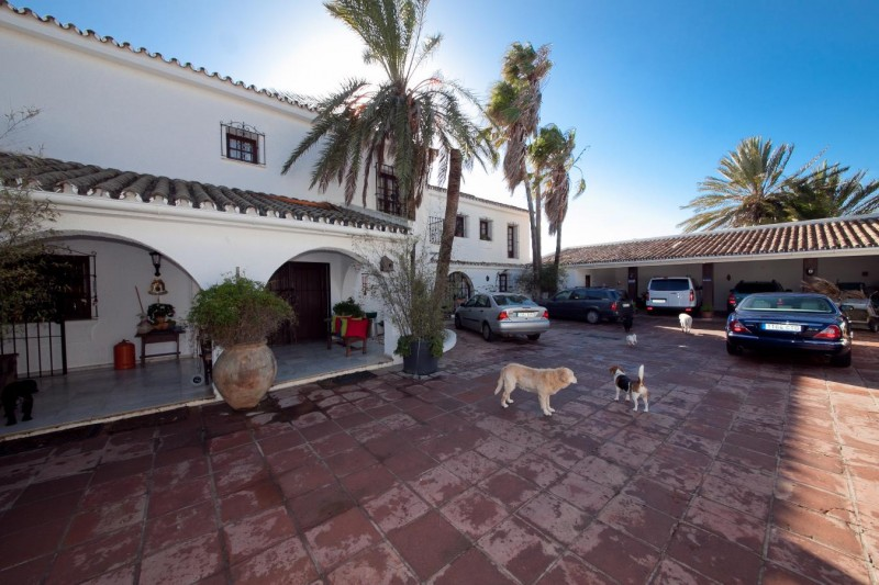 Courtyard Mansion Close to the sea Finca Style with exstensive grounds and stables Costa del Sol