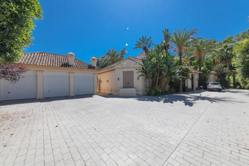 Driveway Luxury villa Guadalmina Baja within meters from the sea-28
