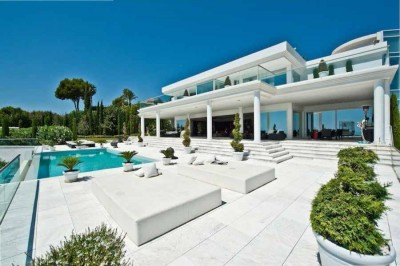 Luxury Marbella villa available for weekly rent with stunning views to the sea.