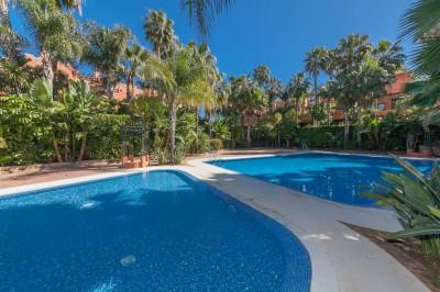 Marbella, Golden Mile - lyx radhus med vacker privat trädgård.
