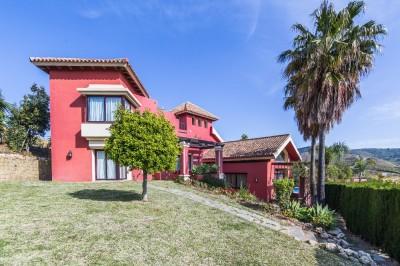 Rymlig familjens villa med 4 sovrum och 3 badrum i Hacienda Las Chapas, Marbella.