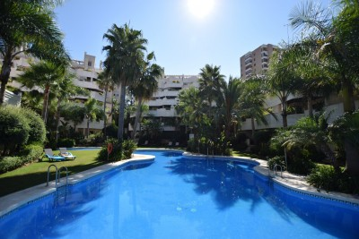 Spacious 3 bedroom First floor apartment within walking distance to all in Nueva Andalucia