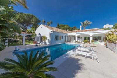 Volledig gemoderniseerde vrijstaande villa in El Paraiso Medio, Estepona.