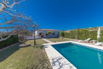 Finca / villa at El Padron with flat land and stables for 5 horses plus tack room and storage etc.