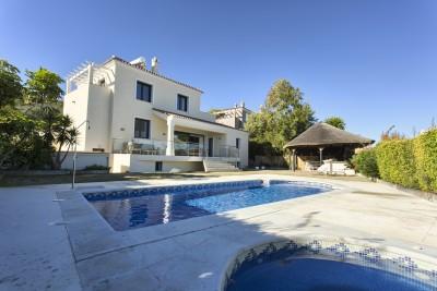 Vackert presenterade 4 sovrum, 4 badrum villa gångavstånd till Puerto de La Duquesa