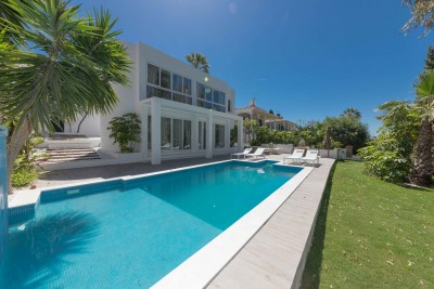 Stylish refurbished villa with 4 en-suite bedrooms in Nueva Andalucia