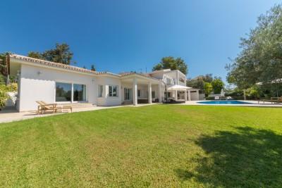 Elegant modern villa i El Rosario, Marbella med stor söderläge trädgård