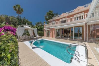 Fantastisk villa med överdådig stil belägen på Marbellas Golden Mile nära alla bekvämligheter.